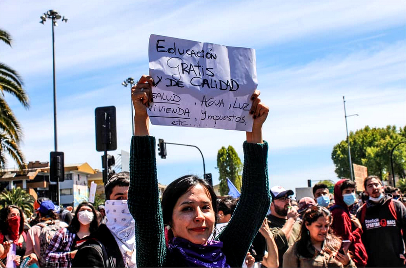 femme avec pancarte de proposition