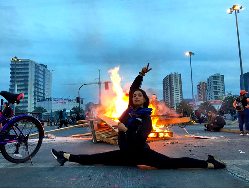 femme grand ecart feu