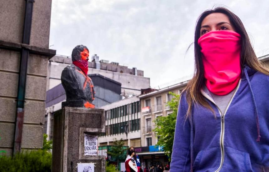 fille et statue rouge